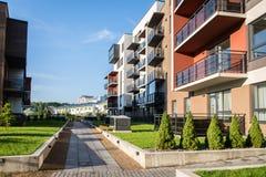 Νέο σύγχρονο συγκρότημα κατοικιών σε Vilnius, Λιθουανία, σύγχρονο χαμηλό ευρωπαϊκό κτήριο ανόδου σύνθετο με τις υπαίθριες εγκατασ Στοκ Εικόνες
