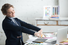 Νέο τέντωμα επιχειρηματιών μετά από την εργασία Στοκ εικόνα με δικαίωμα ελεύθερης χρήσης