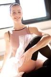 Νέο τέντωμα Ballerina στο ηλιόλουστο στούντιο στοκ φωτογραφίες