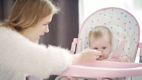 Νέο ταΐζοντας μωρό mom με το κουτάλι Ταΐζοντας παιδί μητέρων απόθεμα βίντεο