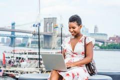 Νέο ταξίδι γυναικών αφροαμερικάνων, που λειτουργεί στη Νέα Υόρκη στοκ εικόνα