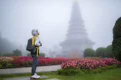 Νέο ταξιδιωτικό αγόρι με την τσάντα στον όμορφο κήπο ομίχλης Στοκ φωτογραφία με δικαίωμα ελεύθερης χρήσης