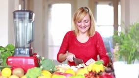 Νέο τεμαχίζοντας μήλο γυναικών απόθεμα βίντεο