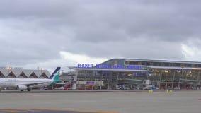 Νέο τερματικό του διεθνούς αερολιμένα Phuket Ταϊλάνδη Κίνηση Airplain Φως ημέρας φιλμ μικρού μήκους