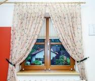 Νέο τοποθετημένο σε στρώματα καφετί παράθυρο μέσα στην άποψη Στοκ φωτογραφία με δικαίωμα ελεύθερης χρήσης