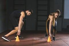 Νέο τρέξιμο αθλητών και σχετικά με τους κώνους κατάρτισης Στοκ Εικόνες