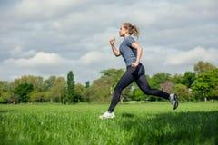 Νέο τρέξιμο γυναικών στοκ εικόνα με δικαίωμα ελεύθερης χρήσης