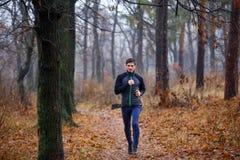 Νέο τρέχοντας άτομο στο πάρκο πτώσης Στοκ φωτογραφίες με δικαίωμα ελεύθερης χρήσης