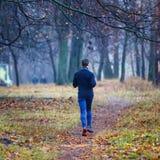 Νέο τρέχοντας άτομο στο πάρκο πτώσης Στοκ Εικόνες
