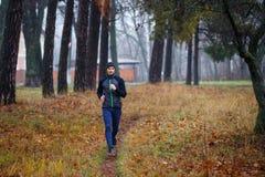 Νέο τρέχοντας άτομο στο πάρκο πτώσης Στοκ φωτογραφία με δικαίωμα ελεύθερης χρήσης