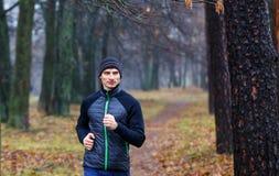 Νέο τρέχοντας άτομο στο πάρκο πτώσης Στοκ εικόνα με δικαίωμα ελεύθερης χρήσης