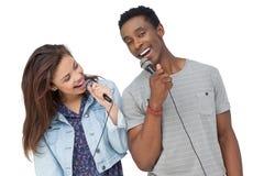 Νέο τραγούδι ζευγών στα μικρόφωνα Στοκ Φωτογραφία