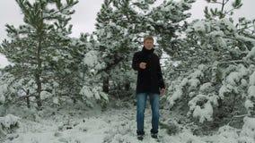 Νέο τραγούδι καλλιτεχνών στο χειμερινό δάσος απόθεμα βίντεο