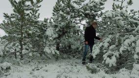 Νέο τραγούδι καλλιτεχνών στο χειμερινό δάσος φιλμ μικρού μήκους