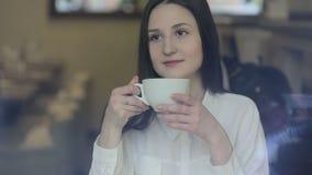 Νέο τσάι κατανάλωσης γυναικών σε έναν καφέ φιλμ μικρού μήκους