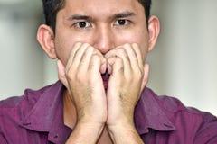 Νέο των Φηληππίνων ενήλικο αρσενικό και φόβος στοκ εικόνα με δικαίωμα ελεύθερης χρήσης
