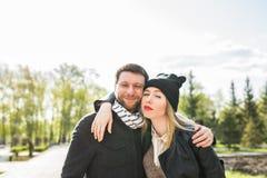 Νέο υπαίθριο πορτρέτο μόδας του όμορφου ζεύγους στην οδό Στοκ Φωτογραφία