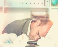 Νέο λυπημένο άτομο που κουράζεται της εργασίας και του ύπνου Στοκ Φωτογραφίες