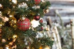 Νέο υπόβαθρο δέντρων έτους με τις διακοσμήσεις Χριστουγέννων όμορφες σφαίρες σε διακοπές γούνα-δέντρων στοκ εικόνες