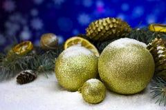 Νέο υπόβαθρο καρτών έτους ` s με το χρυσό κώνο πεύκων έλατου Χριστουγέννων Στοκ εικόνα με δικαίωμα ελεύθερης χρήσης