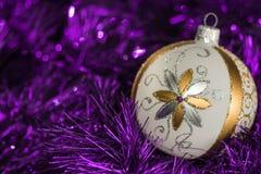 Νέο υπόβαθρο στοιχείων διακοσμήσεων χριστουγεννιάτικων δέντρων έτους Στοκ Φωτογραφία