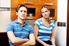 Νέο δυστυχισμένο ζεύγος μετά από τη φιλονικία στην κουζίνα Στοκ φωτογραφίες με δικαίωμα ελεύθερης χρήσης