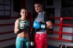 Νέο φίλαθλο ζεύγος sportswear και στα εγκιβωτίζοντας γάντια Στοκ εικόνα με δικαίωμα ελεύθερης χρήσης