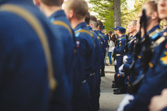 νέο φίλημα ζευγών μπροστά από το νέο σπίτι τους Στοκ εικόνες με δικαίωμα ελεύθερης χρήσης