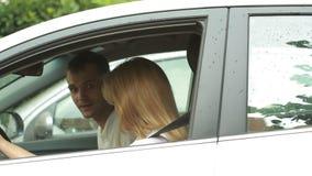 Νέο φίλημα ζευγών στο αυτοκίνητο Οδήγηση ανδρών και γυναικών στο αυτοκίνητο απόθεμα βίντεο