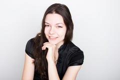 Νέο φιλικό χαμόγελο brunette Πορτρέτο μιας νέας βέβαιας γυναίκας, στοκ εικόνα