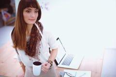 Νέο φλιτζάνι του καφέ εκμετάλλευσης γυναικών κινηματογραφήσεων σε πρώτο πλάνο 15 woman young Στοκ Φωτογραφίες