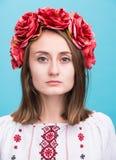 Νέο φωνάζοντας κορίτσι στο ουκρανικό εθνικό κοστούμι Στοκ Φωτογραφίες