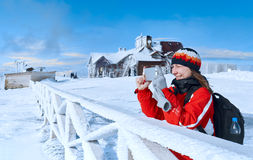 Νέο φωτογραφισμένο γυναίκα βουνό το χειμώνα στοκ εικόνα