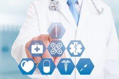 Νέο χέρι γιατρών που λειτουργεί με τα σύγχρονα ιατρικά εικονίδια ή τα σύμβολα Στοκ φωτογραφία με δικαίωμα ελεύθερης χρήσης