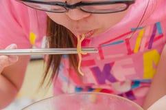 Νέο χέρι γυναικών κινηματογραφήσεων σε πρώτο πλάνο χρησιμοποιώντας chopstick το χτύπημα καυτό και τρώγοντας το SU Στοκ εικόνες με δικαίωμα ελεύθερης χρήσης