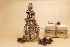 Νέο χέρι δέντρων έτους - που γίνεται στο ύφος eco με το δώρο που συσκευάζεται στο έγγραφο και pinecones Στοκ φωτογραφίες με δικαίωμα ελεύθερης χρήσης
