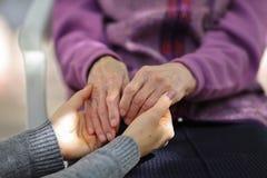 Νέο χέρι πρεσβυτέρων εκμετάλλευσης caregiver Ηλικιωμένη έννοια στοκ εικόνα με δικαίωμα ελεύθερης χρήσης
