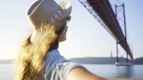 Νέο χέρι προσώπων εκμετάλλευσης γυναικών χαμόγελου στο ανάχωμα απόθεμα βίντεο