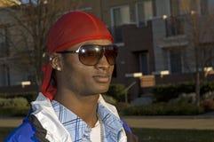 Νέο χαμογελώντας άτομο αφροαμερικάνων στα γυαλιά ηλίου Στοκ Φωτογραφίες