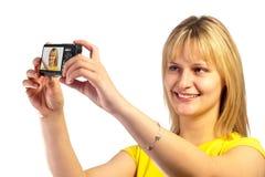 Νέο χαμογελώντας κορίτσι με μια φωτογραφική μηχανή dslr Στοκ φωτογραφία με δικαίωμα ελεύθερης χρήσης