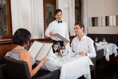 Νέο χαμογελώντας ζεύγος στο εστιατόριο Στοκ φωτογραφίες με δικαίωμα ελεύθερης χρήσης