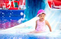 Νέο χαμογελώντας παιδί που έχει τη διασκέδαση στο aquapark Στοκ Εικόνα