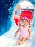 Νέο χαμογελώντας παιδί που έχει τη διασκέδαση στο aquapark Στοκ Εικόνες