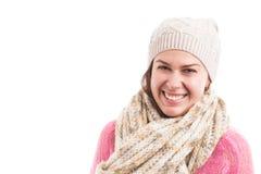 Νέο χαμόγελο μαντίλι και καπέλων γυναικών πρότυπο φορώντας πλεκτό ευτυχές στοκ εικόνα