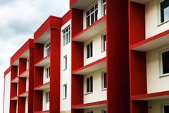 Νέο χαρακτηριστικό κτήριο διαμερισμάτων οικονομίας Στοκ φωτογραφία με δικαίωμα ελεύθερης χρήσης