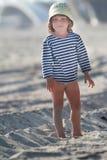 Νέο χαριτωμένο κορίτσι στη φυσική ανασκόπηση Στοκ Φωτογραφίες