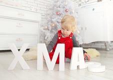 Νέο χαριτωμένο παιδί στα Χριστούγεννα εσωτερικά Στοκ Εικόνες