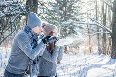 Νέο χιόνι χτυπημάτων ζευγών ερωτευμένο Στοκ Εικόνες