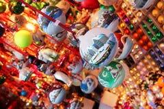 Νέο χριστουγεννιάτικο δέντρο παιχνιδιών έτους Χριστουγέννων που διακοσμεί την οικογενειακή αγορά παράδοσης Στοκ Φωτογραφία