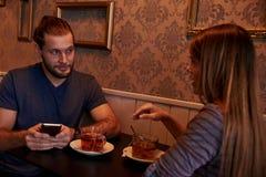 Νέο χρονολογώντας ζεύγος σε ένα μπαρ Στοκ Εικόνα